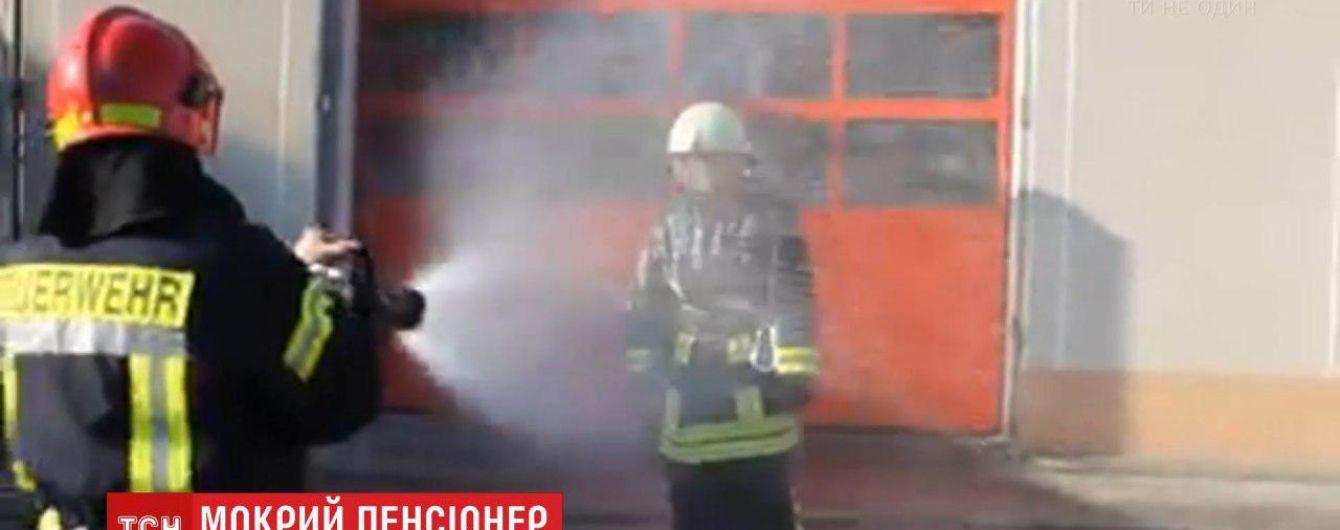 Мокрое прощание. Пожарные провели на пенсию своего коллегу обливанием из брандспойтов