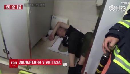 В Китае мужчина застрял в унитазе