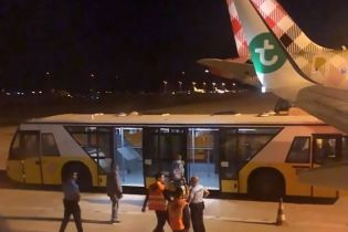 """В Португалии """"Боинг"""" выполнил вынужденную посадку из-за вони от пассажира"""