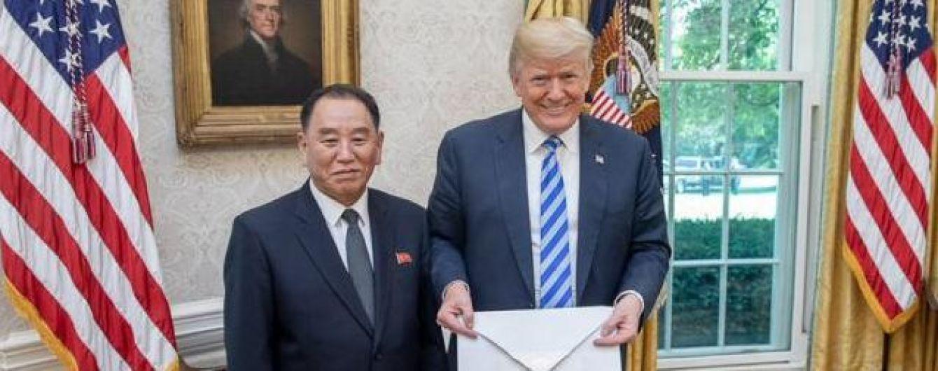 Кім Чен Ин знущається над Трампом: у соцмережах висміяли величезний конверт із листом для президента США