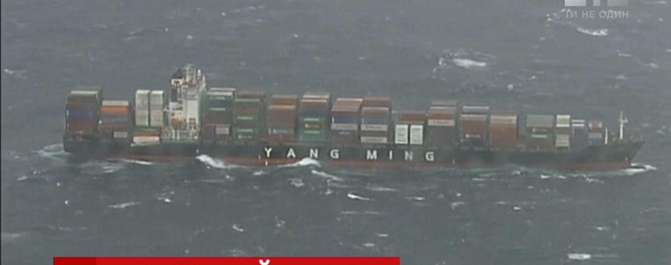 У берегов Австралии штормовой океан раскачал сухогруз