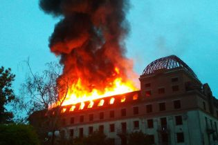 У Кам'янці-Подільському в центрі міста масштабно палав колишній готель