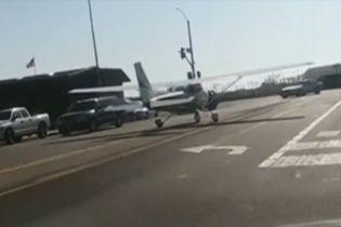 В США студентке удалось посадить аварийный самолет на оживленную трассу
