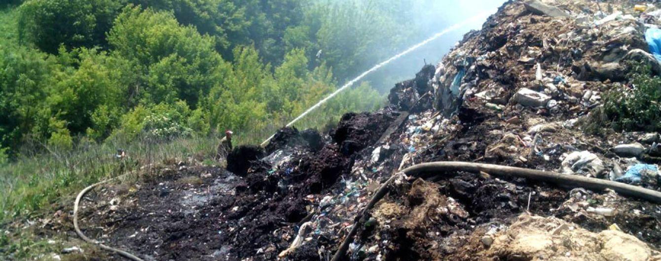 На Полтавщині вже четвертий день ліквідовують пожежу на сміттєзвалищі