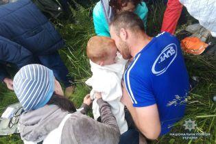 На Прикарпатье сотни людей всю ночь искали 4-летнего мальчика, который заблудился в лесу
