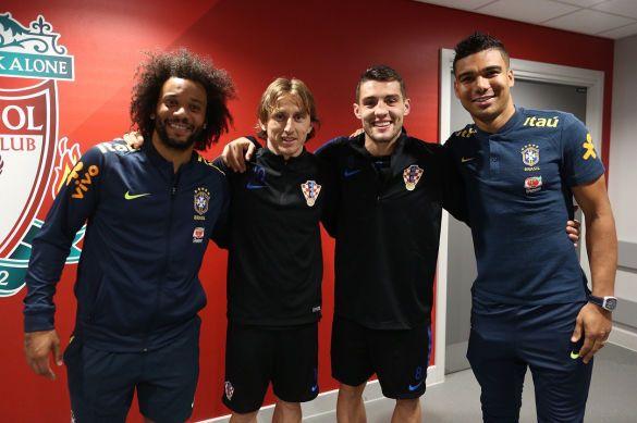 Футболісти Реала на фоні емблеми Ліверпуля