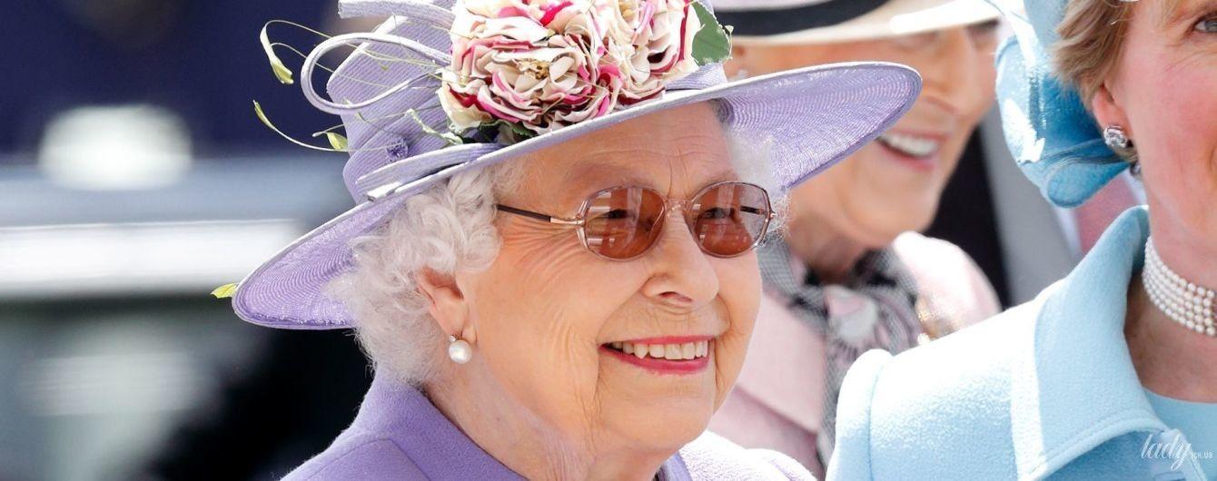 В ярком наряде и шляпе с цветком: королева Елизавета II на скачках в Эпсоме