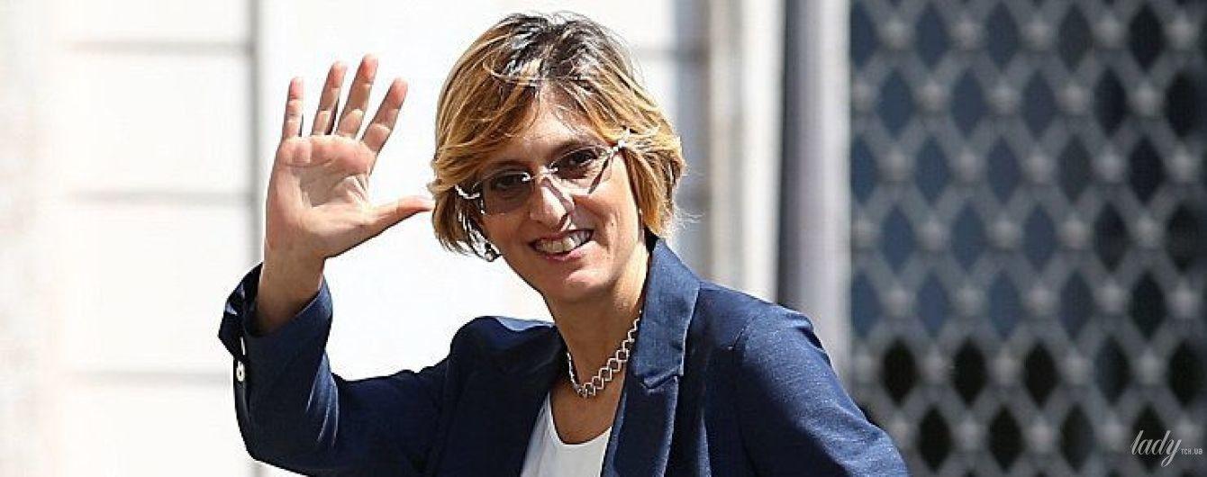 В костюме мужского кроя и с сумочкой Chanel: деловой образ министра культуры Италии Джулии Бонджорно