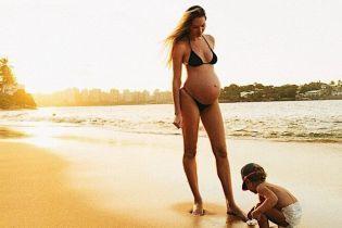Выглядит прекрасно: беременная Кэндис Свэйнпоул отдыхает на пляже