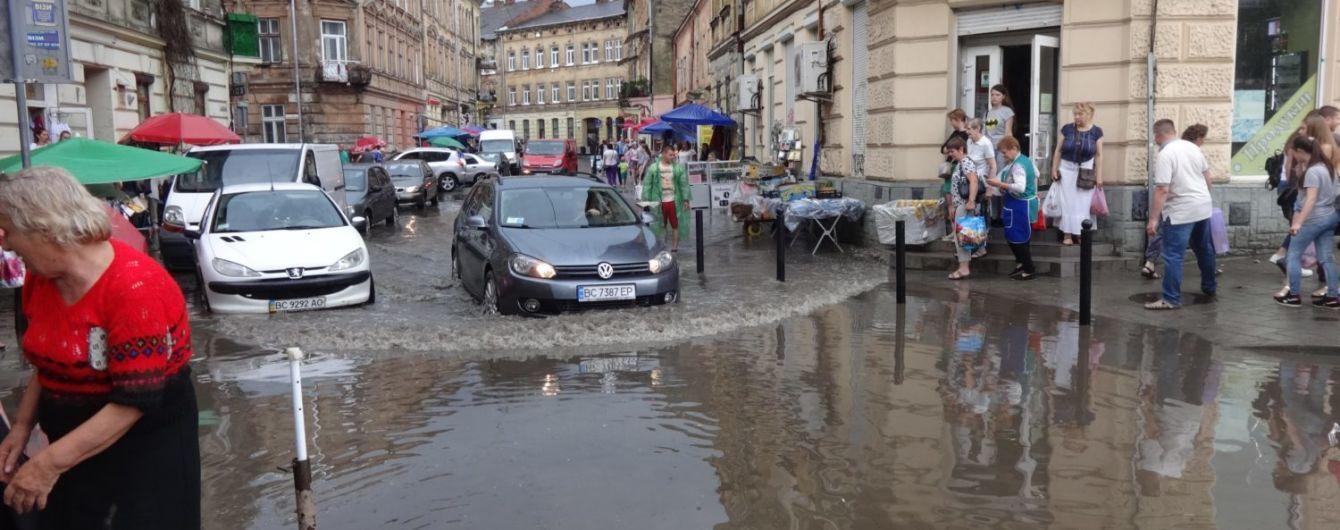 Во Львове в результате непогоды затоплены улицы и повалены деревья. Есть пострадавший