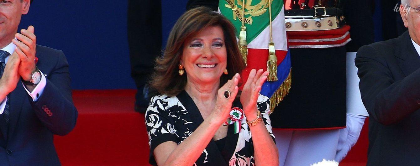 В жакете с цветочным принтом и с ярким макияжем: председатель сената Италии в эффектном образе на военном параде