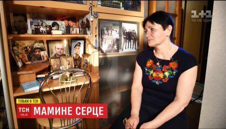 Мати загиблого українського воїна віддає шану синові, рятуючи інші життя