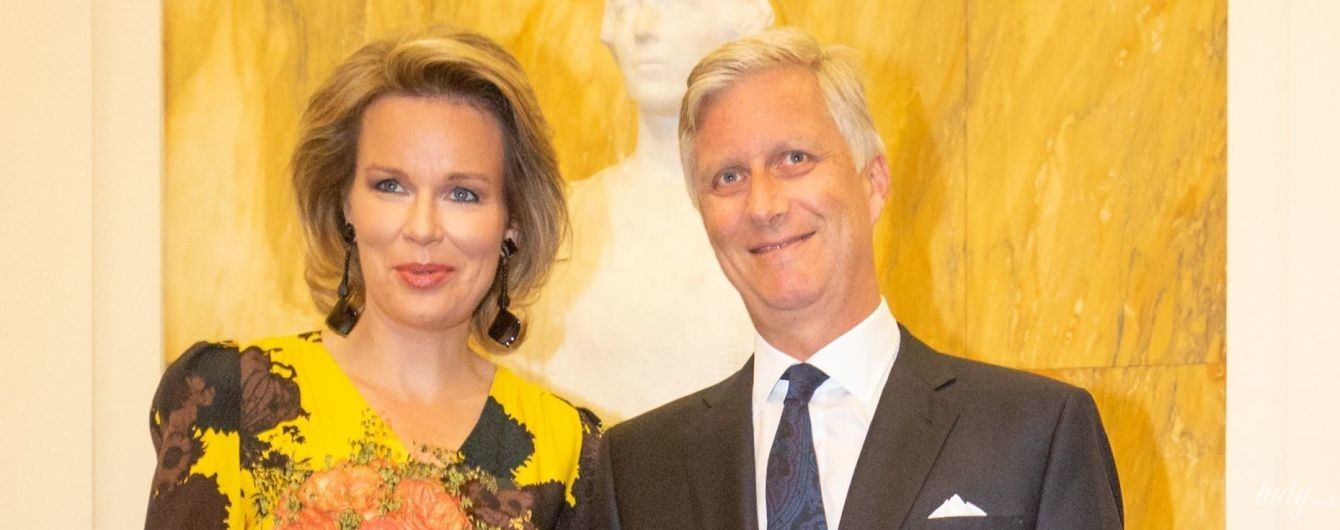 В желтом платье и с массивными серьгами: королева Матильда сходила на концерт с мужем