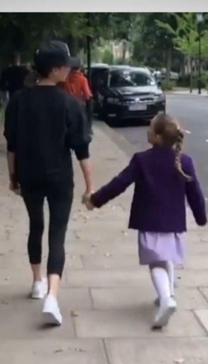 Виктория Бекхэм показала, как надо отводить дочь в школу