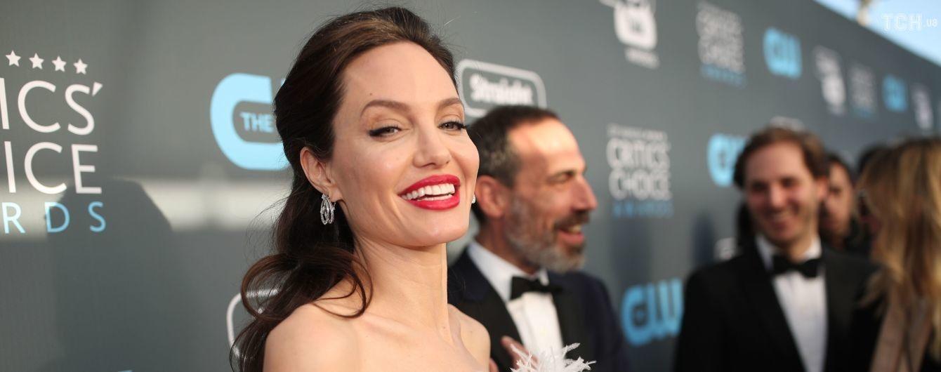 На аттракционах вместе с детьми: Джоли отпраздновала 43 день рождения в парке развлечений