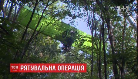 Твердая посадка: в США сверхлегкий самолет врезался в дерево