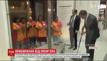 Глава правительства Нидерландов вызвал фурор мытьем пола в парламенте