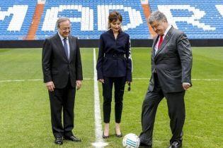 В рубашке с вышивкой и на шпильках: Марина Порошенко на футбольном поле