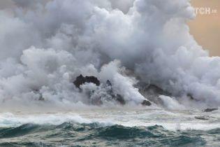 Дым над водой: Reuters показало фото встречи лавы с вулкана на Гавайях с Тихим океаном