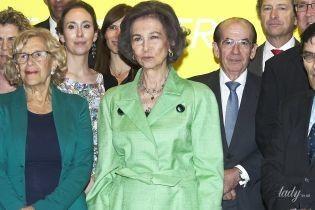 В ярком жакете и с золотыми украшениями: 79-летняя королева София сходила на выставку
