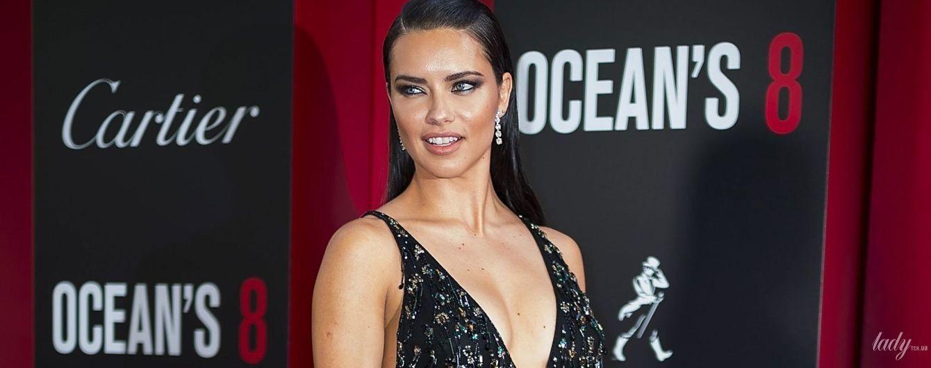 С глубоким декольте и разрезом: Адриана Лима в сексуальном образе пришла на премьеру фильма