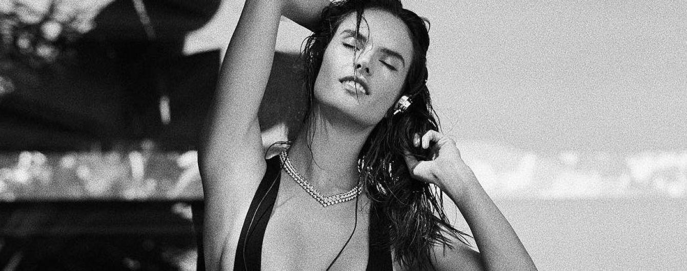 В откровенном купальнике: Алессандра Амбросио поделилась пикантным кадром