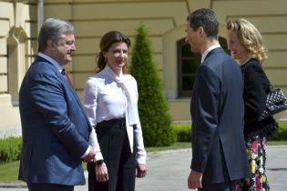 В белой блузке и брюках-палаццо: Марина Порошенко в Мариинском дворце
