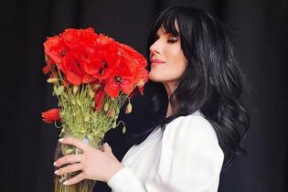 С новой прической и маками: Маша Ефросинина продемонстрировала красивый образ