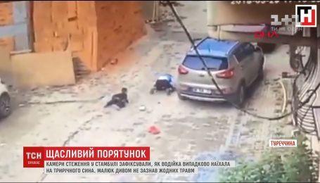 Камеры слежения в Стамбуле зафиксировали, как женщина случайно наехала на своего сына