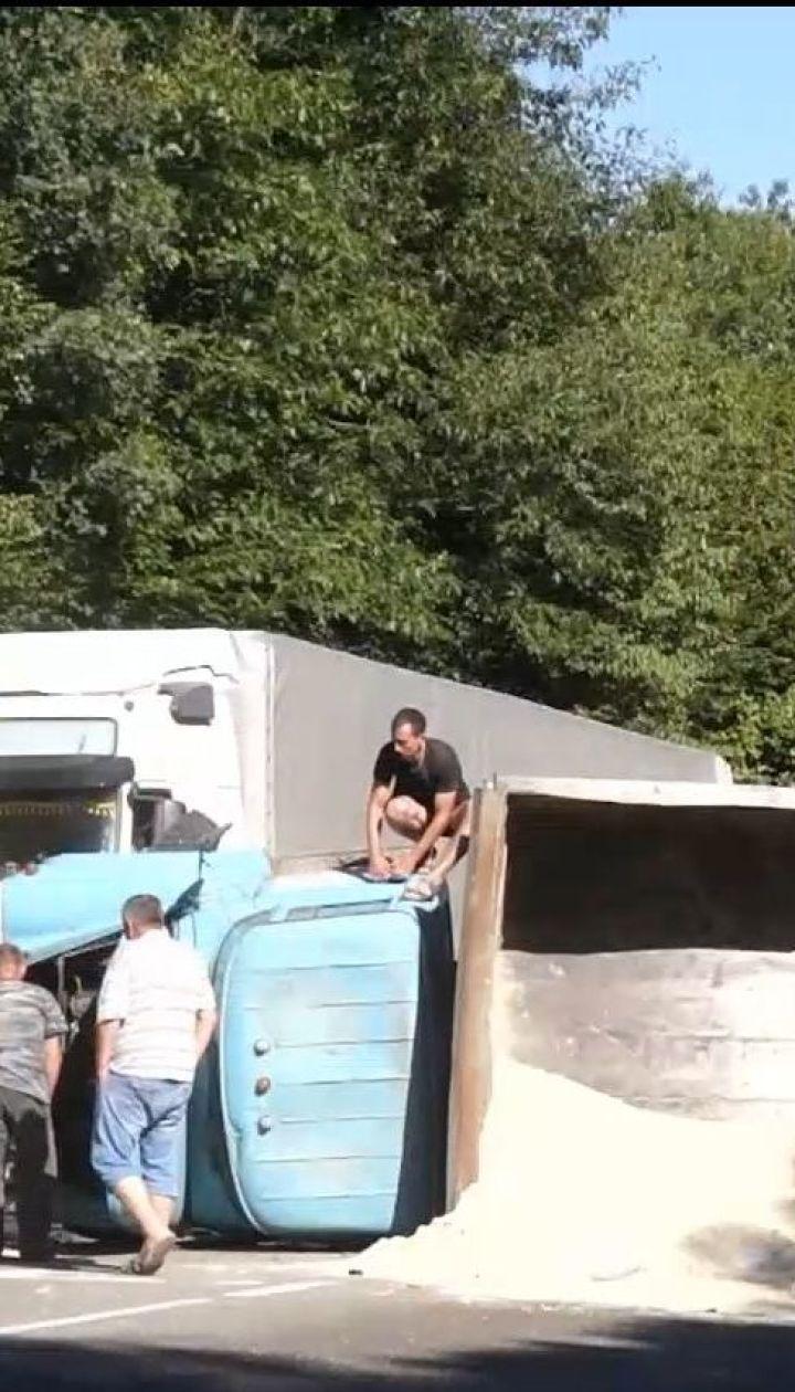 На Прикарпатті рейсовий автобус зіткнувся з вантажівкою, одна людина загинула