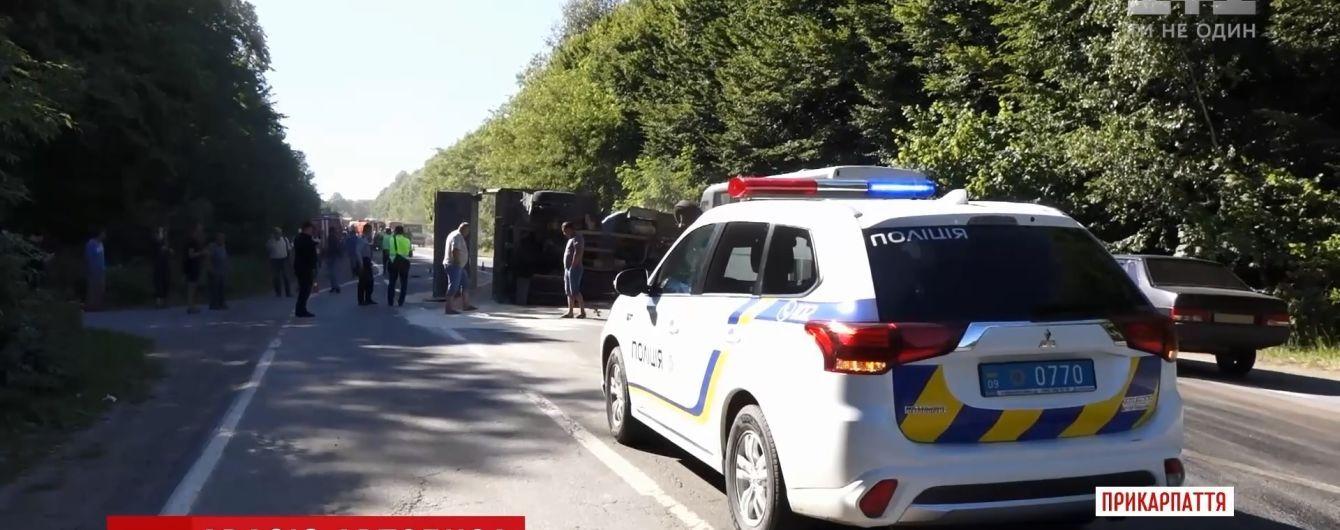 На Прикарпатті у смертельній ДТП перекинулися вантажівка і автобус з людьми