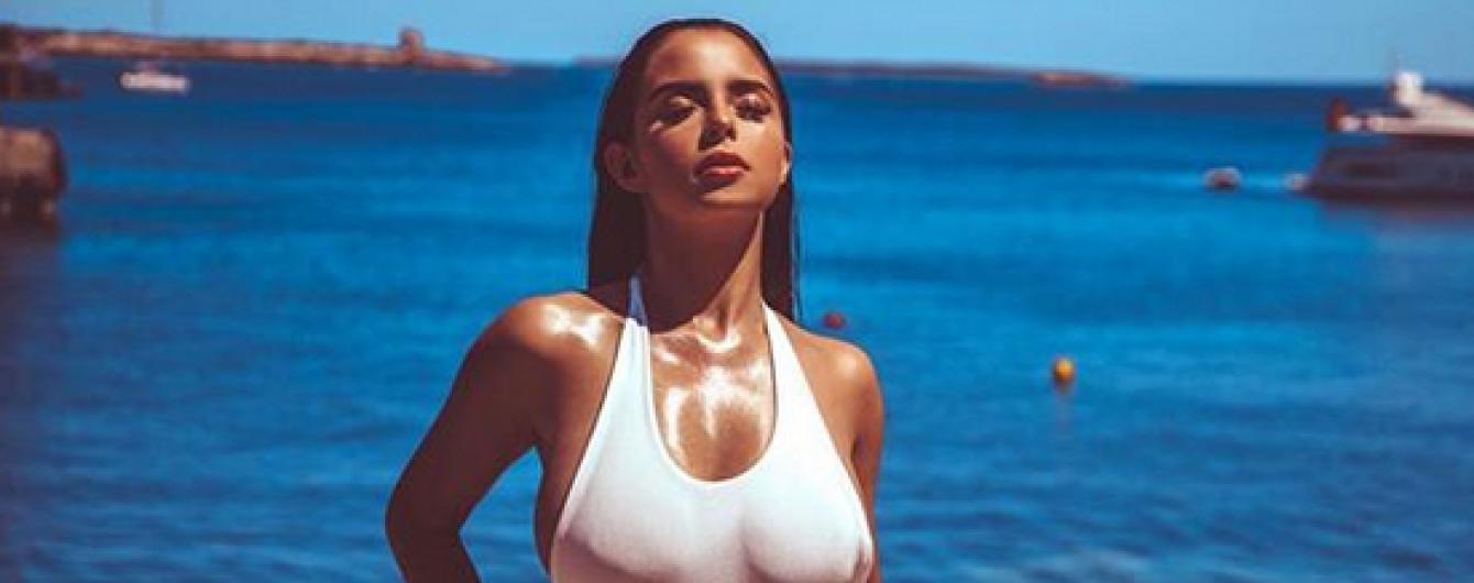 В купальнике на фоне моря: Деми Роуз похвасталась сексуальной фигурой