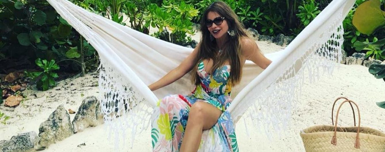 Звезды на отдыхе: София Вергара в бикини хвастается пляжными снимками