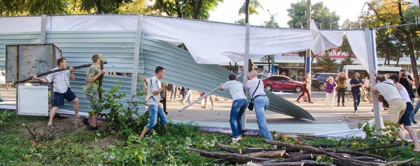 У Запоріжжі громада знесла будівельний паркан. У місті борються за парк, який вирубали заради ТРЦ