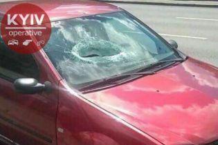В Киеве неизвестные бросили кусок бетона с моста прямо в лобовое стекло машины. Есть пострадавшие
