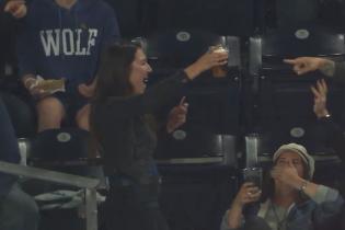 Шалене везіння та неймовірна влучність: дівчина спіймала бейсбольний м'яч пивною склянкою
