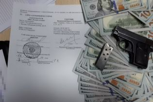 """У керівника """"РИА Новости Украина"""" під час обшуку знайшли зброю та 200 тисяч доларів"""