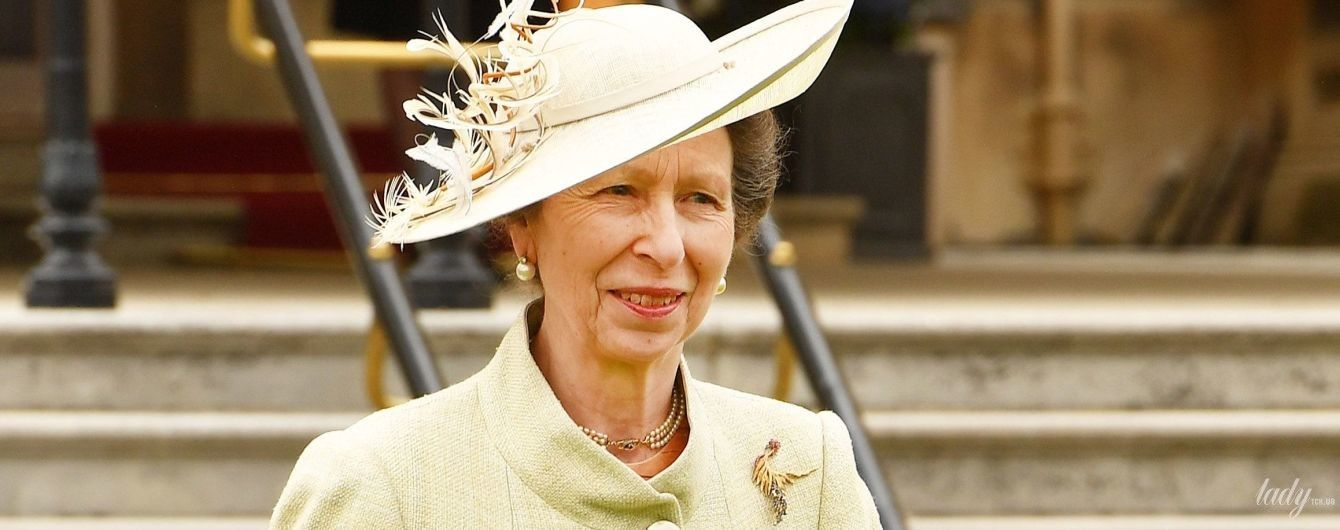 Удивила образом: дочь королевы Елизаветы II - принцесса Анна, посетила садовую вечеринку