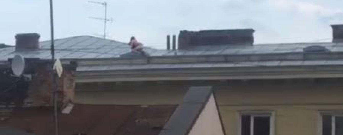 В центре Львова сняли на видео страстную парочку, которая занималась сексом на крыше многоэтажки
