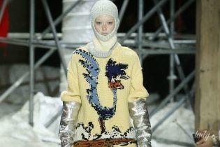 Шапки-шлемы и форма дорожных рабочих в коллекции Calvin Klein сезона осень-зима 2018-2019