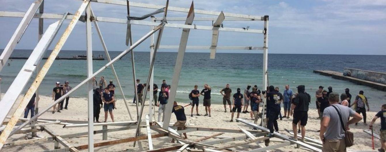 """На пляжі в Одесі активісти знесли """"нахаббуд"""", який мав стати рестораном"""