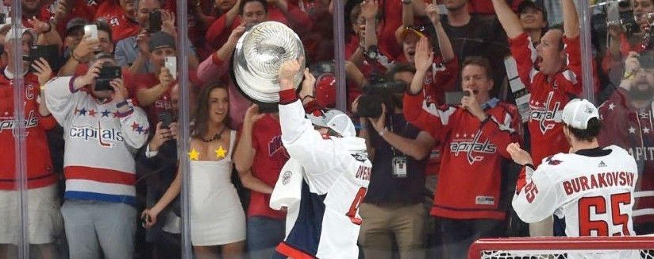 Уболівальниця показала груди під час святкування перемоги хокейної команди у Кубку Стенлі