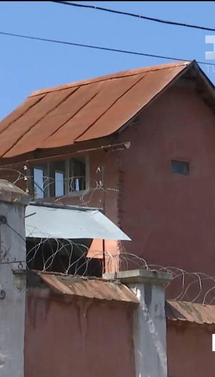 У Чернівцях родичі в'язнів СІЗО звинувачують конвоїрів та адміністрацію у побитті затриманих