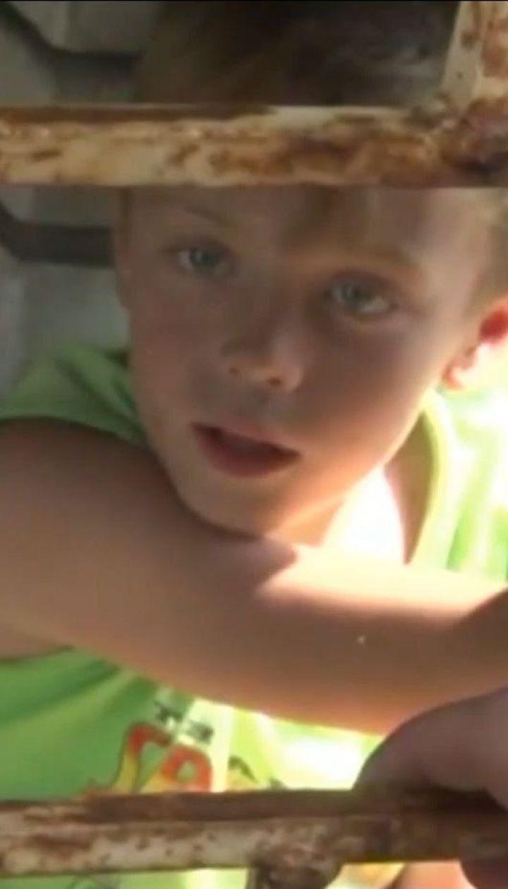 Во Львове 10-летний мальчик застрял между решеткой и стеной заброшенного дома