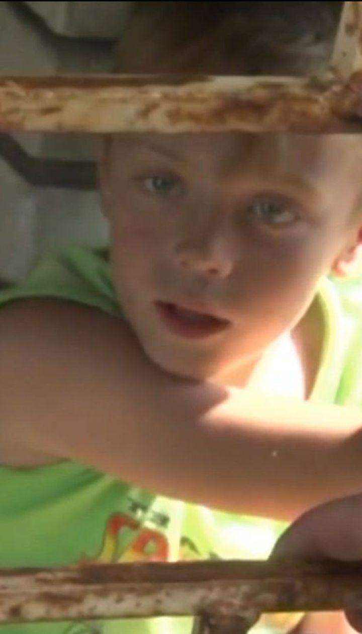 У Львові 10-річний хлопчик застряг між ґратами і стіною закинутого будинку