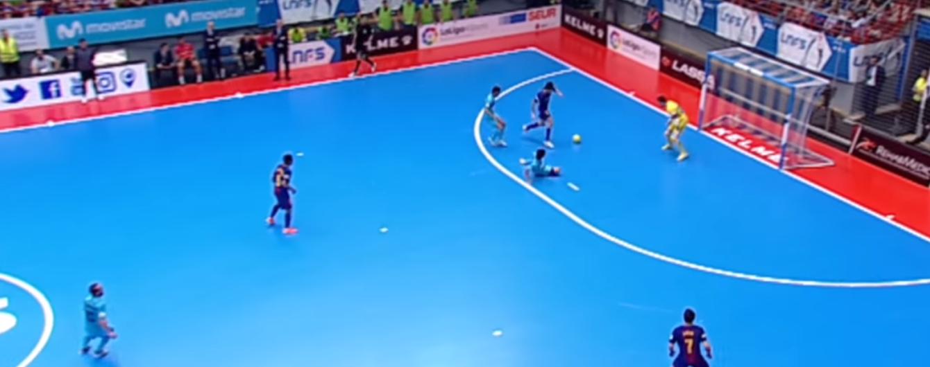 """Странный гол из Испании: футзалист """"Барселоны"""" забежал с мячом в свои ворота"""