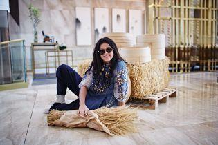 Руслана возле сена и на креслах похвасталась дизайнерской вышиванкой