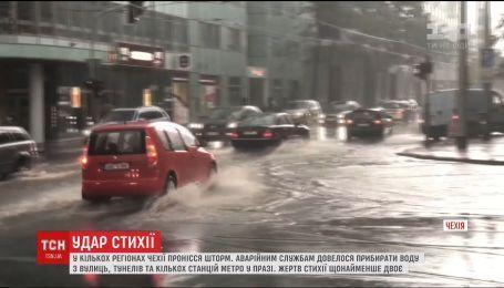 В Чехии от непогоды погибли по меньшей мере два человека