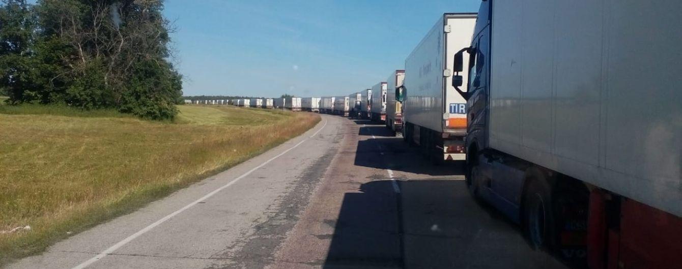 Российские пограничники блокируют проезд транспорта на границе с Украиной