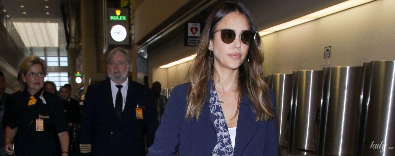 С белой сумкой и в комбинезоне с леопардами: стильный образ Джессики Альбы в аэропорту